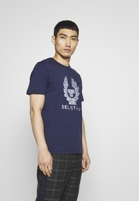 Belstaff - COTELAND  - Print T-shirt - bright navy - 0