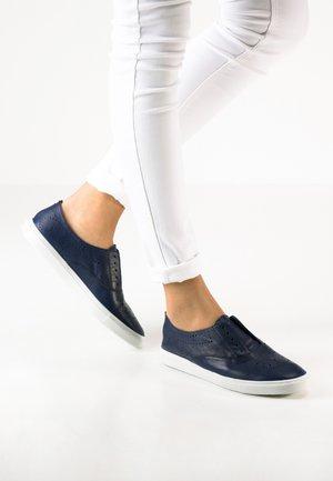 Sznurowane obuwie sportowe - dark blue