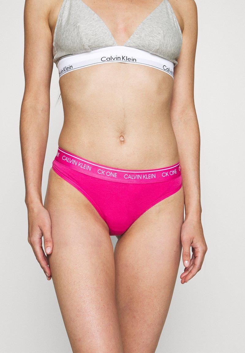 Calvin Klein Underwear - THONG AVERAGE - Tanga - party pink