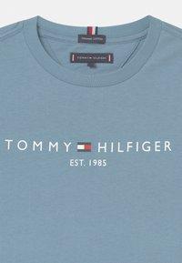 Tommy Hilfiger - ESSENTIAL LOGO UNISEX - Print T-shirt - blue - 2