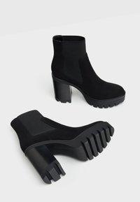 Bershka - Kotníková obuv na vysokém podpatku - black - 2