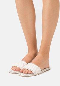 MICHAEL Michael Kors - AMELIA FLAT - Pantofle - cream - 0