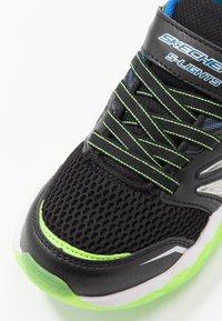 Skechers - RAPID FLASH 2.0 - Tenisky - black/blue/lime - 5