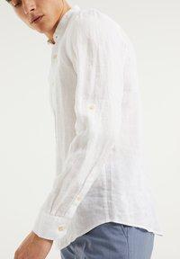 WE Fashion - SLIM FIT - Shirt - white - 3