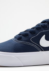 Nike SB - CHARGE - Sneakers laag - midnight navy/white - 2