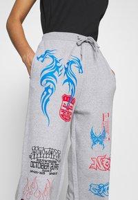 NEW girl ORDER - I LOVE - Teplákové kalhoty - grey - 5