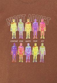 Night Addict - INFRA UNISEX - T-shirt z nadrukiem - brown/black acid wash - 6