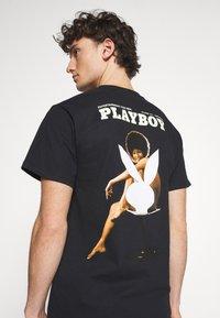 HUF - PLAYBOY OCTOBER TEE - Print T-shirt - black - 3
