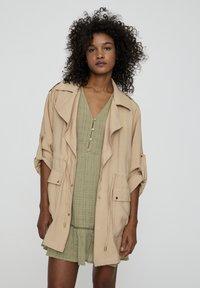 PULL&BEAR - Krátký kabát - beige - 0
