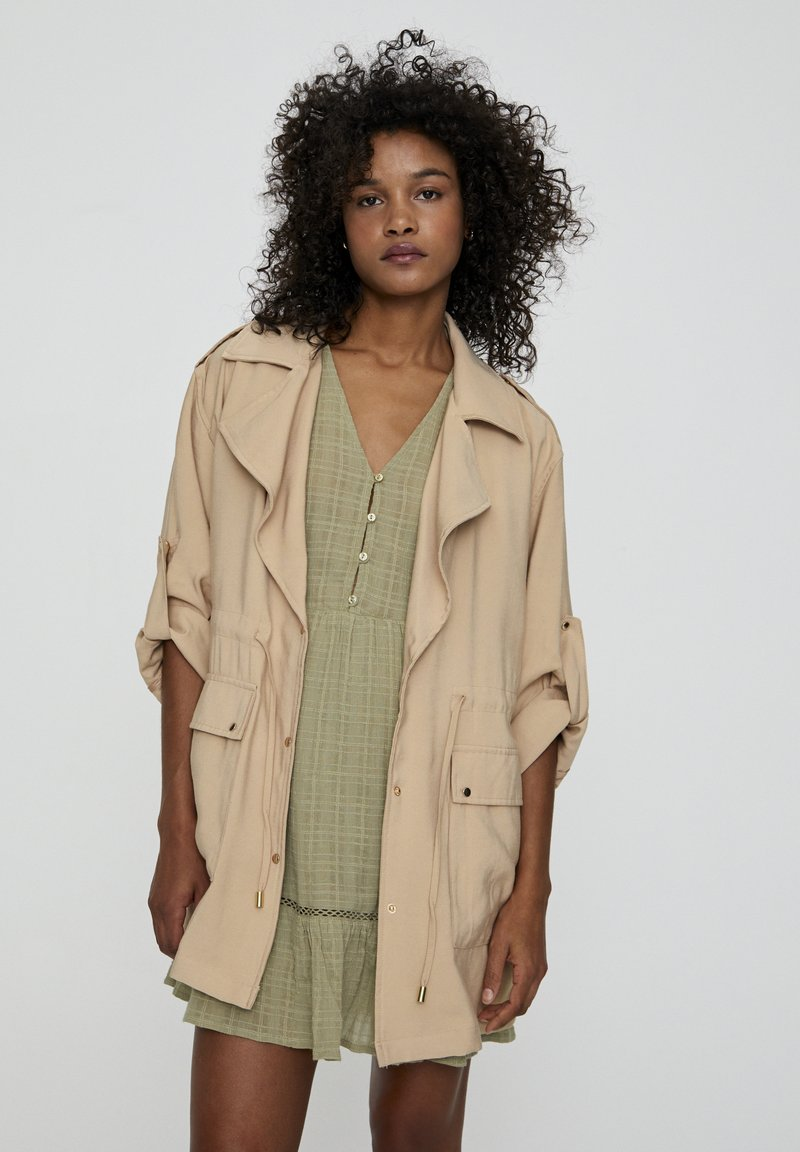 PULL&BEAR - Krátký kabát - beige