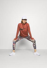 Nike Performance - RUN MIDLAYER - Camiseta de deporte - canyon rust/black - 1