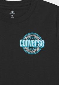 Converse - SLEEVE LOGO GRAPHIC UNISEX - Camiseta estampada - black - 2