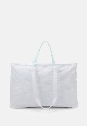 WOMEN'S FAVORITE TOTE 2.0 - Sportovní taška - white
