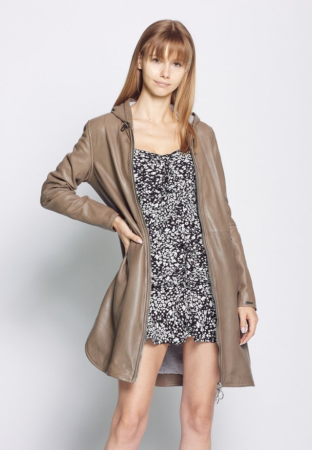 MIT KAPUZE - Short coat - mud