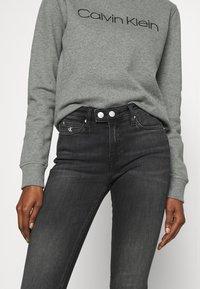 Calvin Klein Jeans - MID RISE SKINNY - Skinny džíny - grey double shank - 4