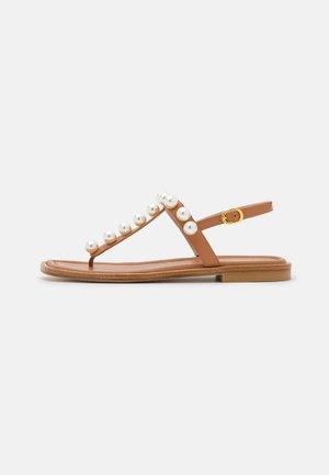 GOLDIE T-STRAP - Sandály s odděleným palcem - tan