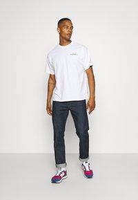 Levi's® - PRIDE VINTAGE FIT GRAPHIC TEE UNISEX - Print T-shirt - white - 1