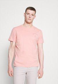 Selected Homme - SLHCARTER O NECK TEE - Print T-shirt - mellow rose - 0
