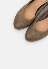 s.Oliver - COURT SHOE - Classic heels - pepper - 5