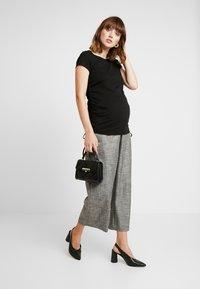 Cotton On - SIDE TIE SHORT SLEEVE - Camiseta estampada - black - 1