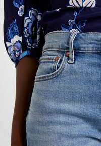 GAP - CHEEKY BLEECKER SHADOW - Straight leg jeans - light-blue denim - 4