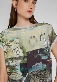 Oui - Print T-shirt - light grey green - 4