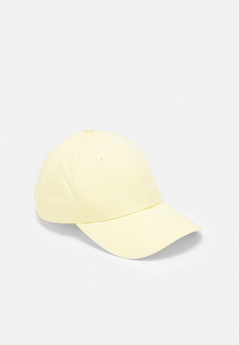 Karl Kani - SIGNATURE - Czapka z daszkiem - yellow