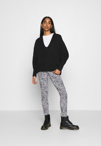 Noisy May - NMKERRY ANILLA   - Leggings - Trousers - bright white/black - 1
