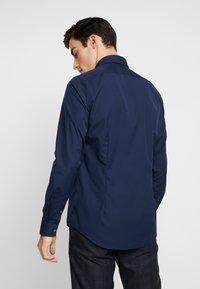Calvin Klein Tailored - CONTRAST EASY IRON SLIM FIT SHIRT - Koszula biznesowa - blue - 2