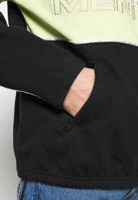 Mennace - REPEAT EMBROIDERY PANEL OVERHEAD - Bluza - black - 5