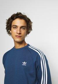 adidas Originals - 3 STRIPES CREW UNISEX - Sweatshirt - nmarin - 3