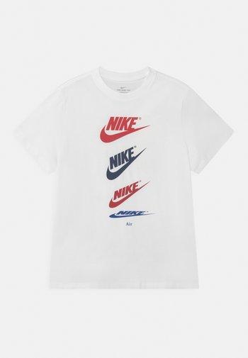PLUS TEE FUTURA REPEAT - Print T-shirt - white