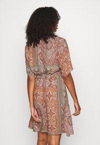 Minimum - SOLALLY DRESS - Vapaa-ajan mekko - picante - 2