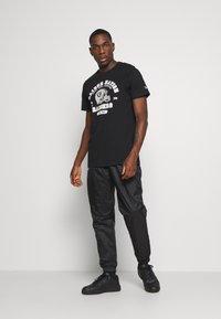 New Era - NFL OAKLAND RAIDERSHELMET AND WORDMARK TEE - Club wear - black - 1