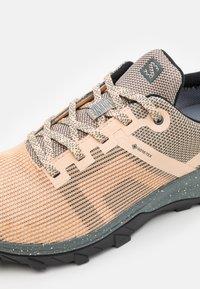 Salomon - OUTLINE PRISM GTX - Hiking shoes - almond cream/stormy weather/black - 5