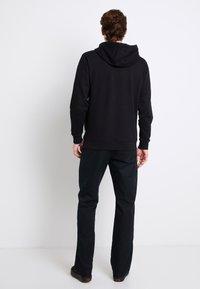 Vans - CLASSIC - Bluza z kapturem - black/white - 2