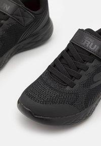 Skechers Performance - GO RUN 600 BAXTUX UNISEX - Obuwie do biegania treningowe - black - 5