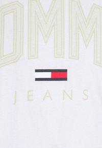 Tommy Jeans - SHADOW TEE UNISEX - T-shirt med print - white - 6