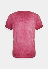 Pepe Jeans - WEST SIR NEW - T-shirt z nadrukiem - currant - 1