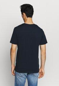 Jack & Jones - JORDENIMDOG TEE CREW NECK - Print T-shirt - navy blazer - 2