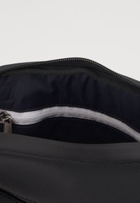Lacoste - FLAT CROSSOVER BAG - Across body bag - noir - 2
