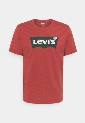 HOUSEMARK GRAPHIC TEE - Print T-shirt - marsala