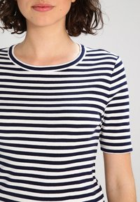 J.CREW - PERFECT FIT TEE  - Triko s potiskem - navy/ivory - 3