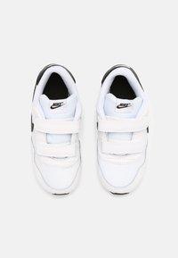 Nike Sportswear - MD VALIANT UNISEX - Sneaker low - white/black - 3