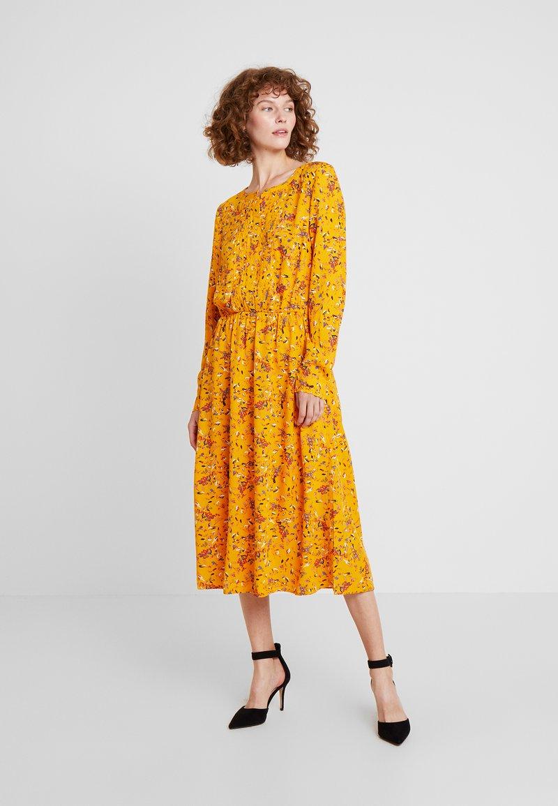 TOM TAILOR - DRESS WITH PINTUCKS - Košilové šaty - yellow
