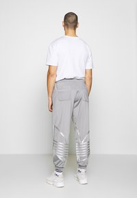 adidas Originals - ADICOLOR TREFOIL TRACK PANTS - Trainingsbroek - grey - 2