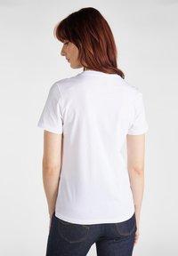 Lee - ESSENTIAL SLIM - T-shirt z nadrukiem - bright white - 2