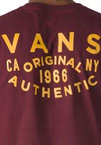 Vans - MN OG PATCH SS - T-shirt med print - port royale - 2
