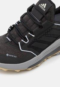 adidas Performance - TERREX TRAILMAKER GORE-TEX  - Løpesko for mark - core black/halo silver - 4