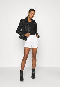 Levi's® - MOM LINE  - Jeans Short / cowboy shorts - want not - 1